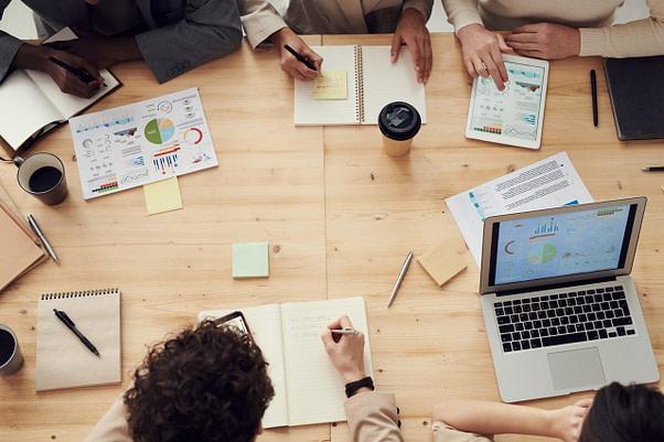 Equipo de Trabajo En Oficina Creando Un Budget Proposal.