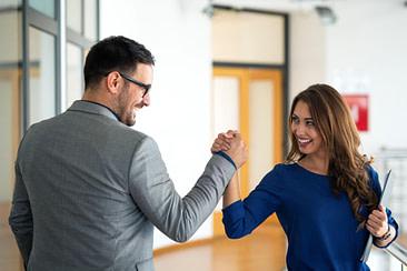 Mejores relaciones por capacitación en inglés para empleados.
